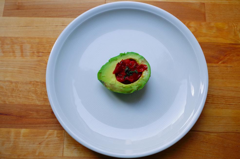 Lauwarme Avocadoschiffchen mit angeschmorten Datteltomaten