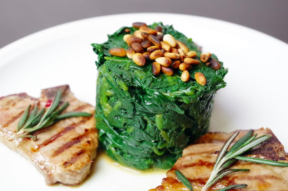 Spinat mit Pinienkernen