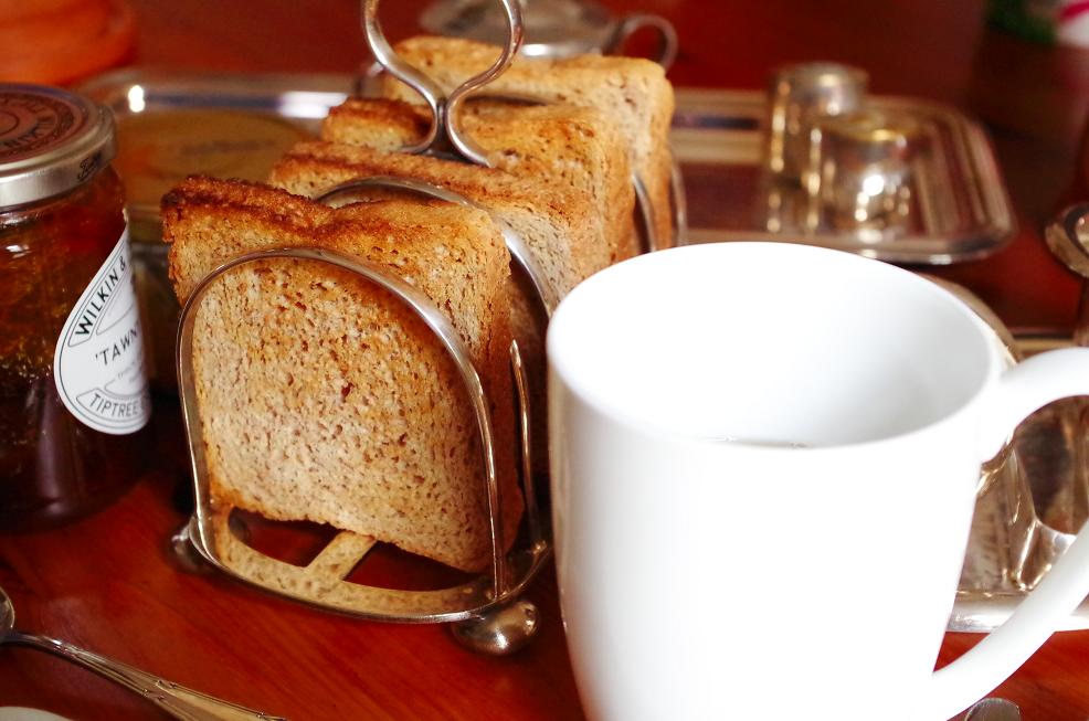 Toastständer und Frühstück