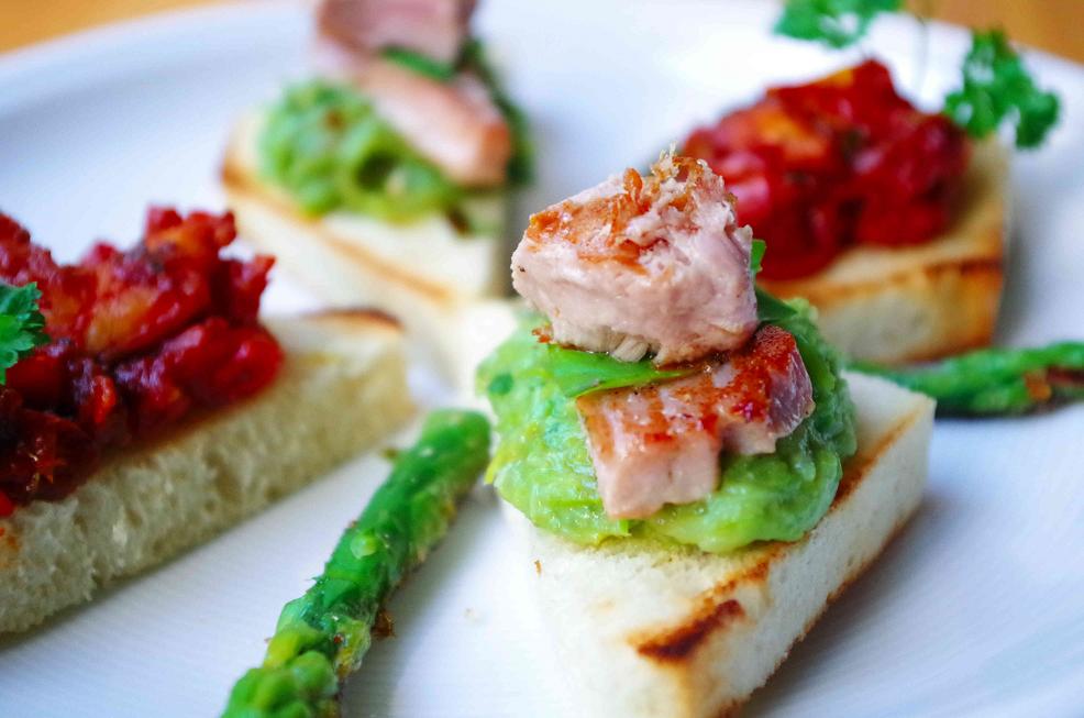 Canapé mit Spargelmousse und Thunfisch