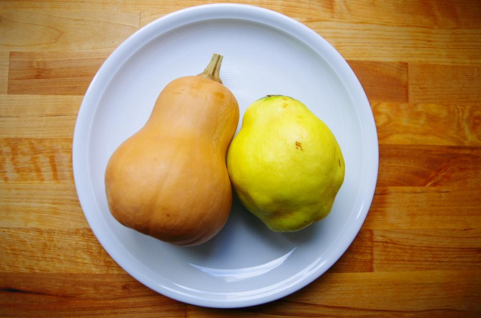 Birnenquitte und Butternut-Kürbis