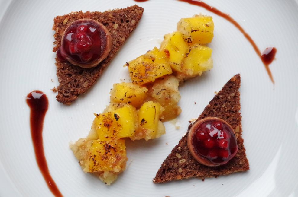 Gebratene Foie gras auf Schwarzbrot an Apfel-Mango-Chutney